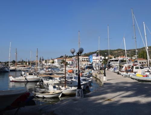 Spetses haven met vissers, oude werf, passanten en katten