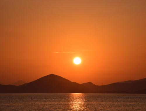 Dhokos mooie baai met geiten, onweersbui en prachtige zonsondergang