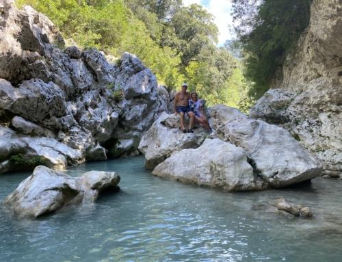 Waden door het water van de Acheron rivier